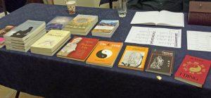 Boeken over I Tjing en Theosofie tijdens lezing in Loge Den Haag TVN